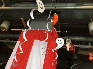 みんなで作ったオバケとちょうちんの飾り。紅白幕は地域の方に借りたものです。